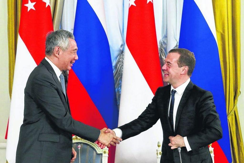 PM Lee Hsien Loong dan  Perdana Menteri Russia, Encik Dmitry Medvedev, mengadakan sidang akhbar di Rumah Tetamu Kerajaan di Moscow pada 19 Mei 2016.