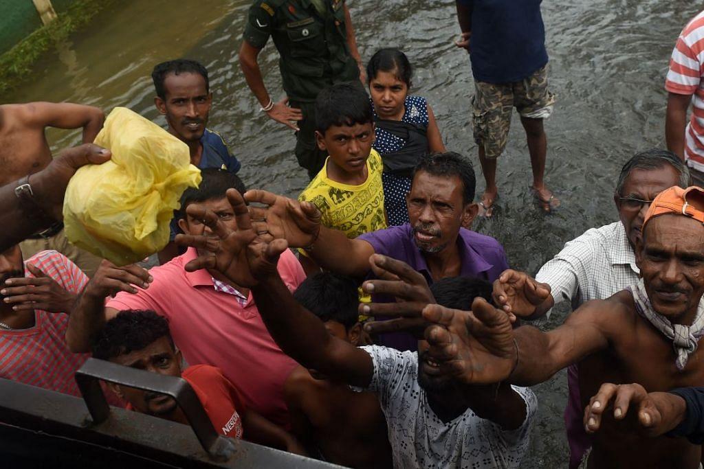 Tentera Sri Lanka mengadih makanan kepada mangsa banjir di Kelaniya, di pinggir Colombo pada 22 Mei 2016.
