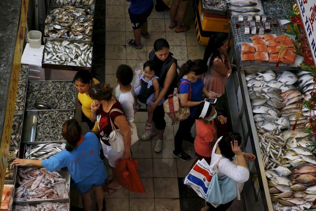 Penduduk Singapura berbelanja di pasar.