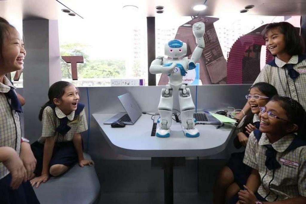 Pelajar Sekolah Rendah Wellington seronok melihat sebuah robot menari ala Gaya Gangnam dalam Makmal Bergerak, iaitu sebuah bas yang dipasang dipenuhi dengan komputer dan robot. Projek IT pemerintah tahun ini termasuk perluasan liputan Wi-Fi ke lebih banyak kawasan di sekolah bagi menyokong pembelajaran pintar.