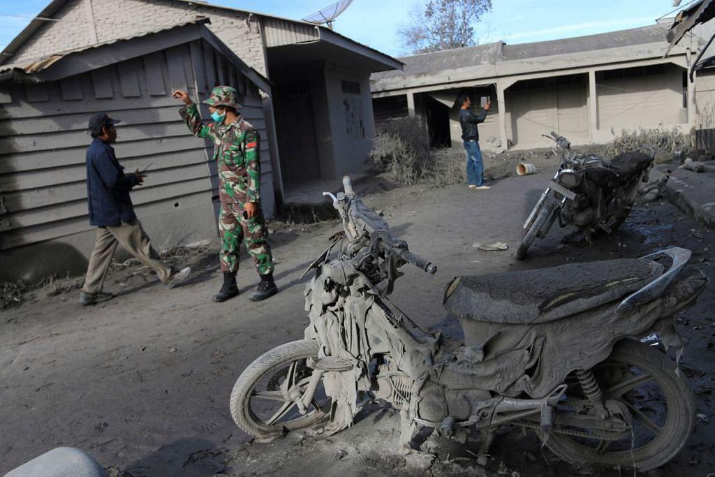 Askar Indonesia membantu mencari penduduk berikutan letusan maut Gunung Sinabung di kampung Gamber, pada 22 Mei 2016.