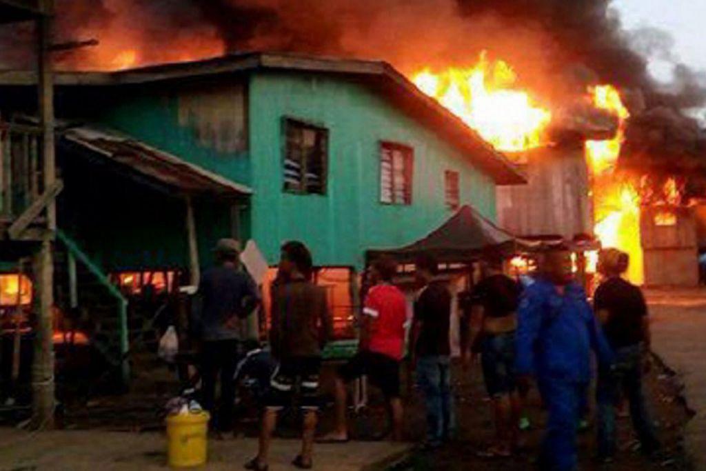 TAK BOLEH BERBUAT APA-APA: Penduduk kawasan setinggan Kampung Landung Ayang Laut hanya dapat melihat rumah mereka terbakar. - Foto NSTP