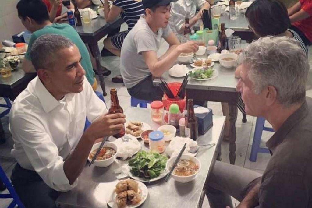 Presiden Barack Obama dan hos televisyen Anthony Bourdain makan hidangan mi tepung beras di sebuah restoran kecil di Hanoi.