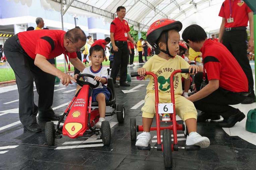Kanak-kanak mengambil bahagian dalam acara keselamatan jalan raya di Ang Mo Kio pada April lalu.