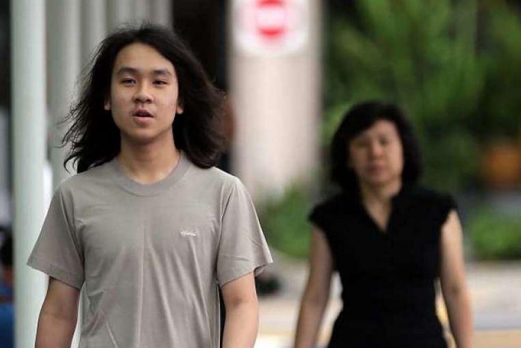 Amos Yee  dan ibunya, Cik Mary Toh, berjalan ke mahkamah pada Khamis, 26 Mei 2016.