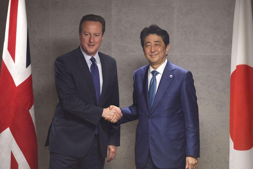 Perdana Menteri Britain, Encik David Cameron, berjabat tangan dengan Perdana Menteri Jepun, Encik Shinzo Abe, di bandar Ise, dilayah Mie, pada 25 Mei 2016, sebelum sidang puncak G-7.