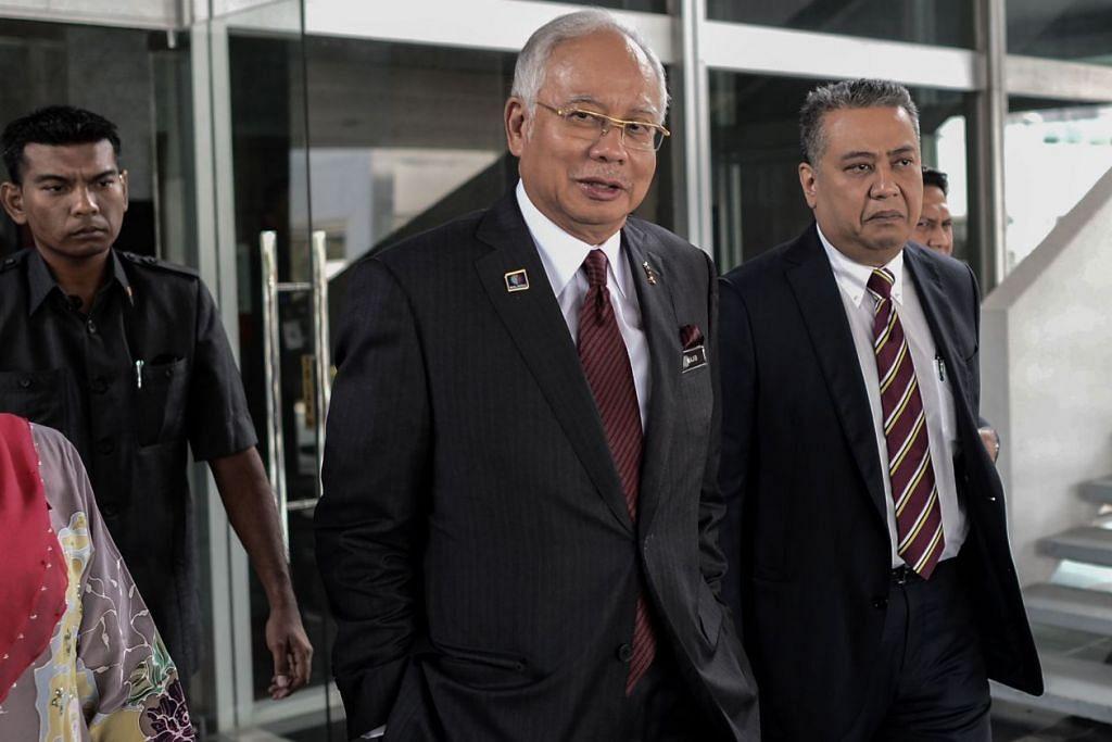 Datuk Seri Najib (kiri) meninggalkan pejabatnya di Parlimen di Kuala Lumpur pada 25 Mei 2016. Beliau menerima derma politik lebih AS$700 juta ($966 juta) daripada keluarga diraja Arab Saudi.