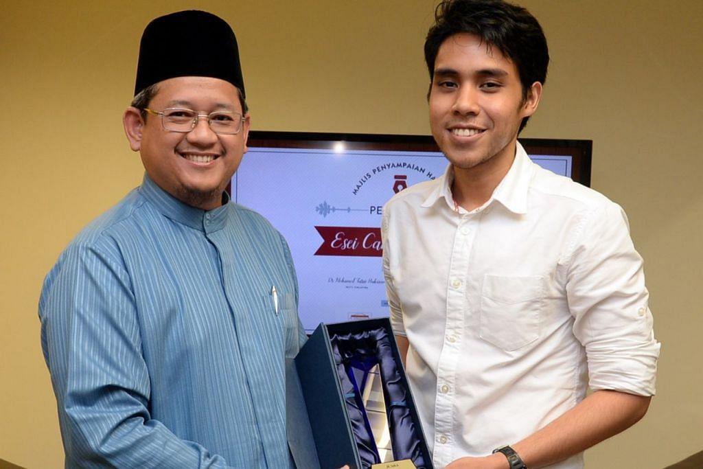 PERADUAN ESEI: Mufti Dr Mohd Fatris Bakaran (kiri) menyampaikan hadiah kepada Encik Muhammad Suhail Mohamed Yazid pemenang Peraduan Esei Cabaran Mufti 2015.