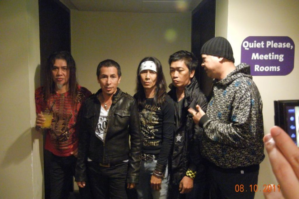 SATU PERJALANAN PANJANG: Nasir (paling kiri) bergambar bersama-sama anggota Search yang lain; Amy, Kid, Nordin dan Yazit. - Foto FACEBOOK.