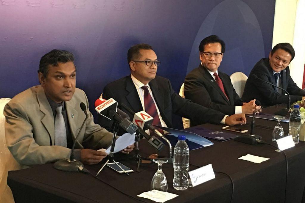 IMPIAN JADI NYATA: (Dari kiri) Sundram amat berterima kasih dengan peluang dan kepercayaan FAS yang melantiknya jurulatih skuad nasional. Bersamanya di sidang media semalam ialah Presiden FAS, Encik Zainudin Nordin; Naib Presiden FAS, Encik Lim Kia Tong; dan Setiausaha Agung FAS, Encik Winston Lee. – Foto HAKIM YUSOF