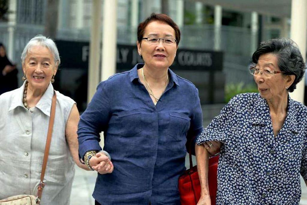 (Dari kiri) Cik Chung Khin Chun, anak sedarannya Cik Hedy Mok dan rakan baiknya Cik Chang Phie Chin tiba di Mahkamah Negara pada 30 Mei 2016.