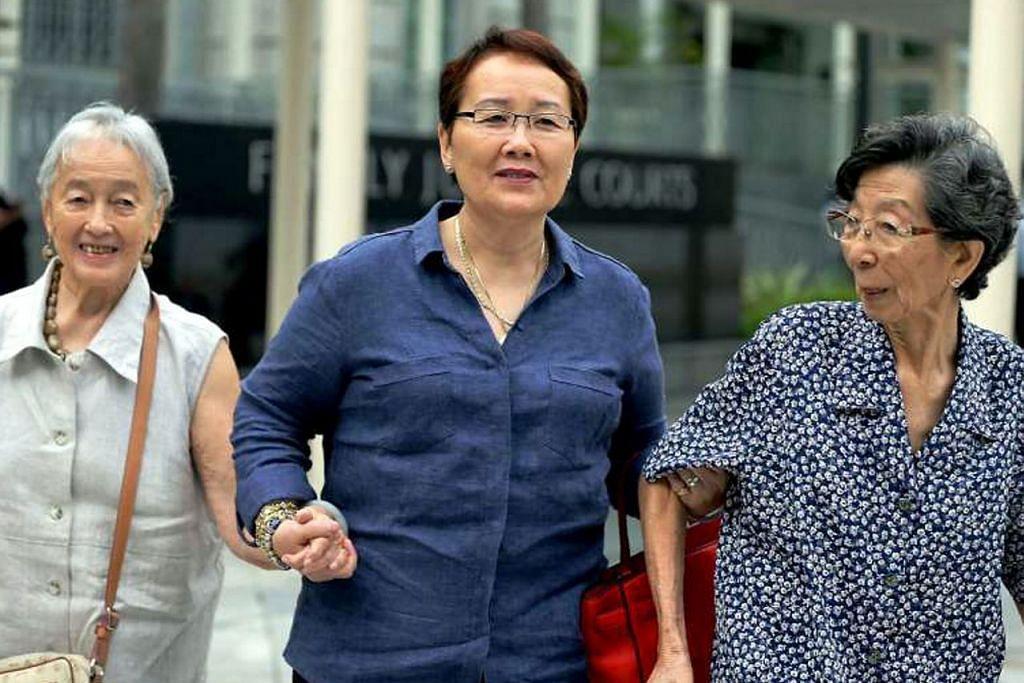 KES DIBICARAKAN: (Gambar dari kiri) Cik Chung, Cik Mok dan Cik Chang tiba di mahkamah semalam untuk mendenger kes perbicaraan terhadap bekas pemandu pelancong Yang Yin. - Foto THE STRAITS TIMES