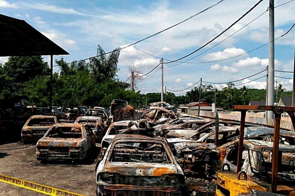 Sebahagian daripada 44 buah kereta yang musnah dalam kebakaran di sebuah bengkel dekat Kuala Sawah, Seremban, semalam. - Foto Utusan Online