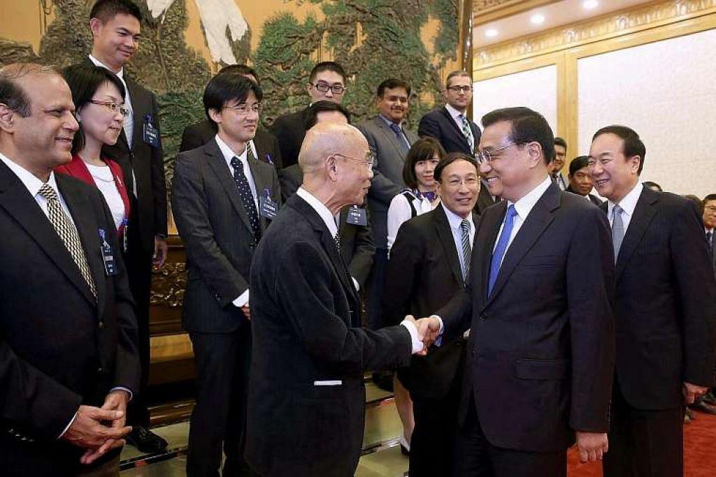 Perdana Menteri China, Encik Li Keqiang (kanan), bersalaman dengan Encik Suthichai Yoon, ketua penasihat Nation Multimedia Group Thailand, di Dewan Besar Rakyat di Beijing pada Selasa (31 Mei). Mr Li membincangkan pelbagai isu dengan editor daripada Asia News Network.