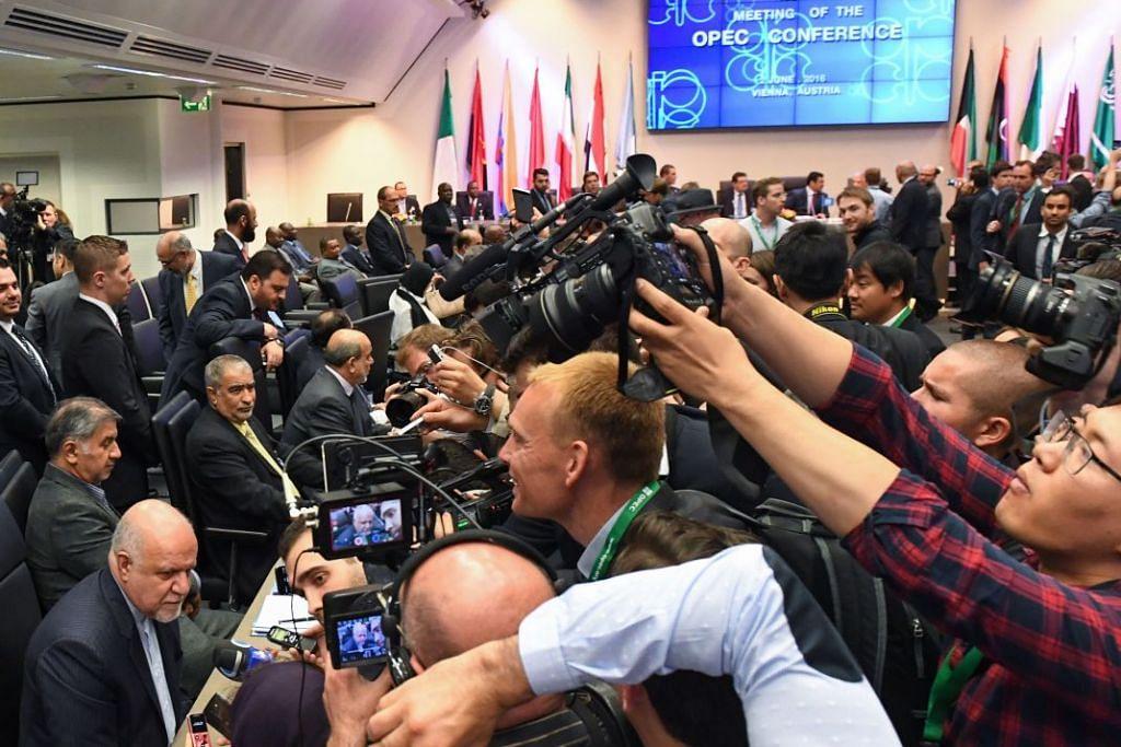 Menteri Petroleum Iran, Encik Bijan Zangeneh (bawah kiri), di mesyuarat ke-169 OPEC  di ibu pejabat kartel itu di Vienna, pada 2 Jun 2016.  Iran, yang baru kembali ke pasaran minyak Januari lalu selepas sekatan ke atasnya ditarik balik, menentang sasaran baru dan sebaliknya lebih suka kuota dikenakan ke atas anggota individu Opec.