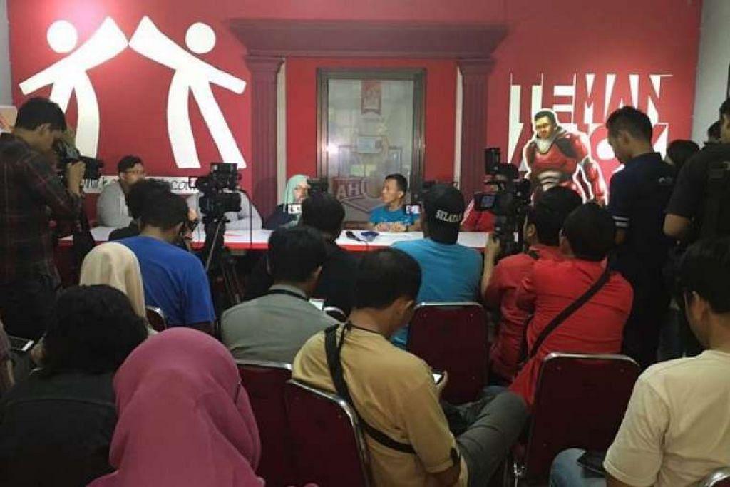 """Kumpulan sokongan politik Teman Ahok meminta maaf kerana mengancam akan mengadakan bantahan di Kedutaan Singapura di Jakarta atas kononnya """"penahanan"""" dua anggotanya. Mereka sebenarnya tidak ditahan tetapi tidak dibenarkan memasuki Singapura kerana merancang mengadakan kegiatan politik di Singapura."""