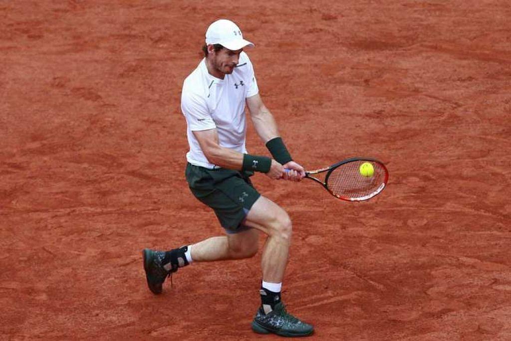Andy Murray beraksi semasa menentang Novak Djokovic dalam final Roland Garros pada Ahad (5 Jun).
