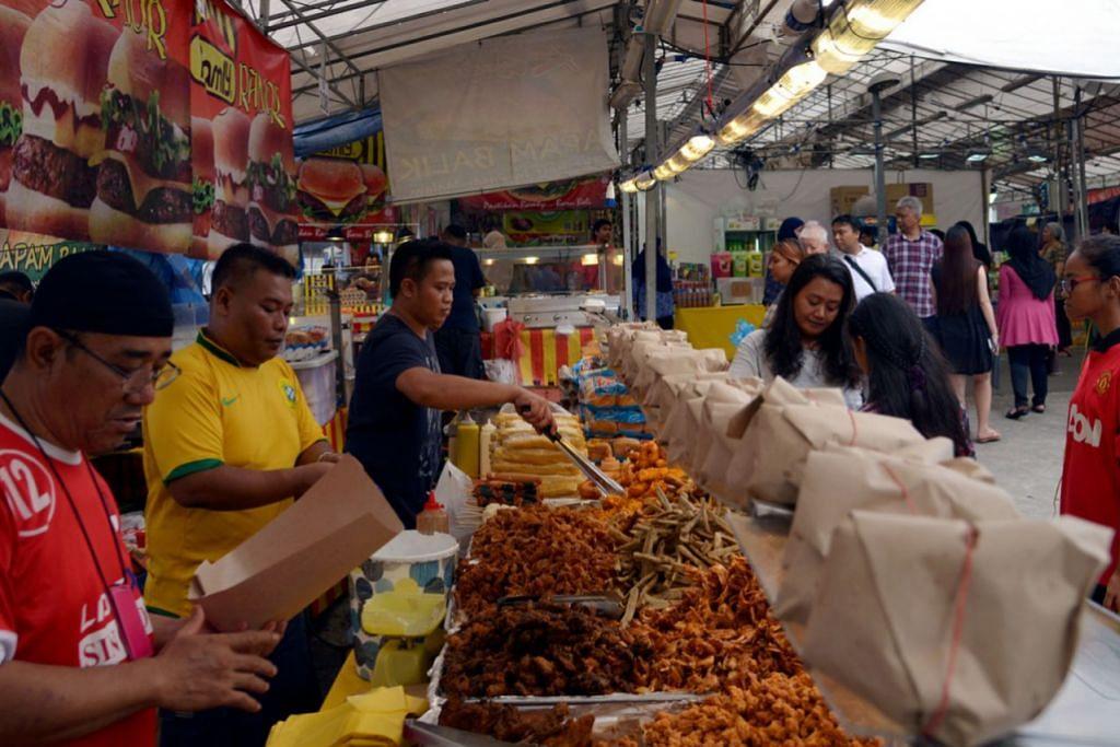 SEMUA MAKANAN ADA: Pelbagai pilihan makanan boleh didapati di bazar bagi orang ramai menjamu selera semasa berbuka puasa.