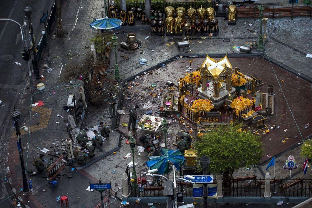 Kesan serangan bom di Kuil Erawan di Bangkok pada 18 August  2015.
