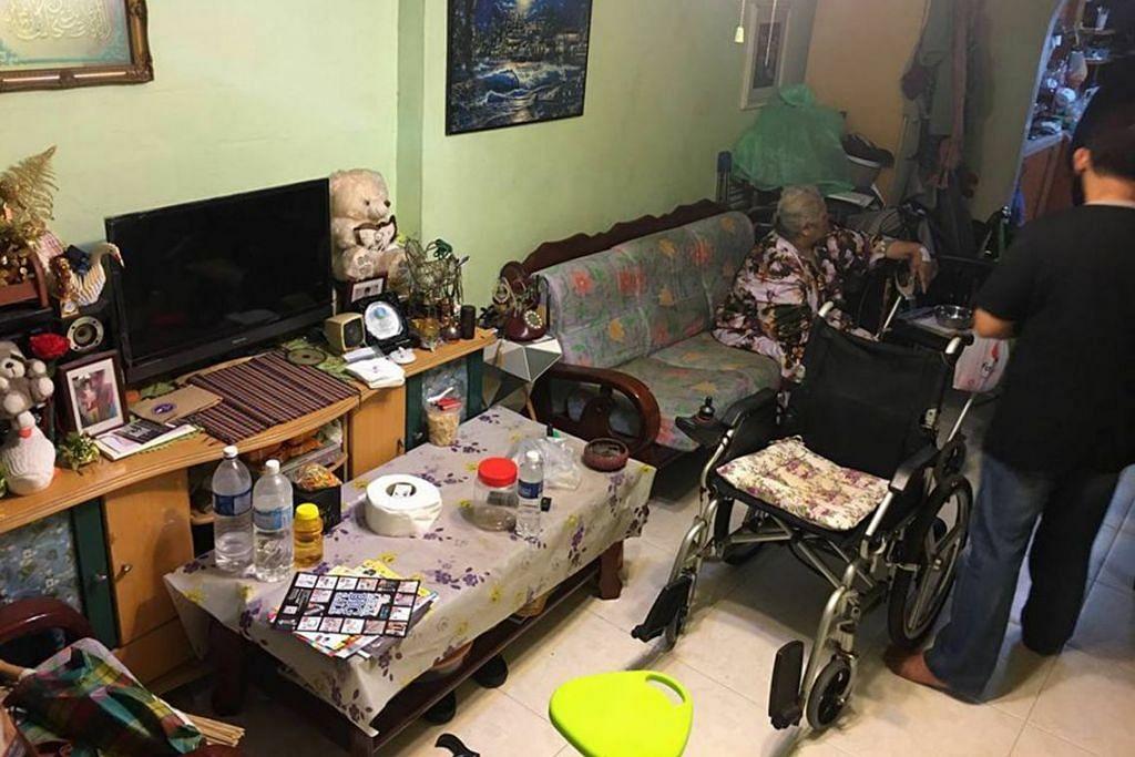 SEBELUM DAN SESUDAH DIBERSIHKAN: (atas) Flat HDB tiga bilik milik Encik Rosli Sumri dan Cik Zainap Hassan kelihatan berselerak sebelum dibersihkan.