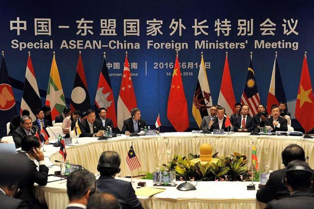 Menteri Ehwal Luar Singapura, Dr Vivian Balakrishnan, dan Menteri Luar China, Wang Yi - pengerusi bersama mesyuarat khas Menteri Luar Asean-China - bersama rakan-rakan sejawatan mereka dari negara anggota Asean bertemu di Yunnan pada Selasa (14 Jun).