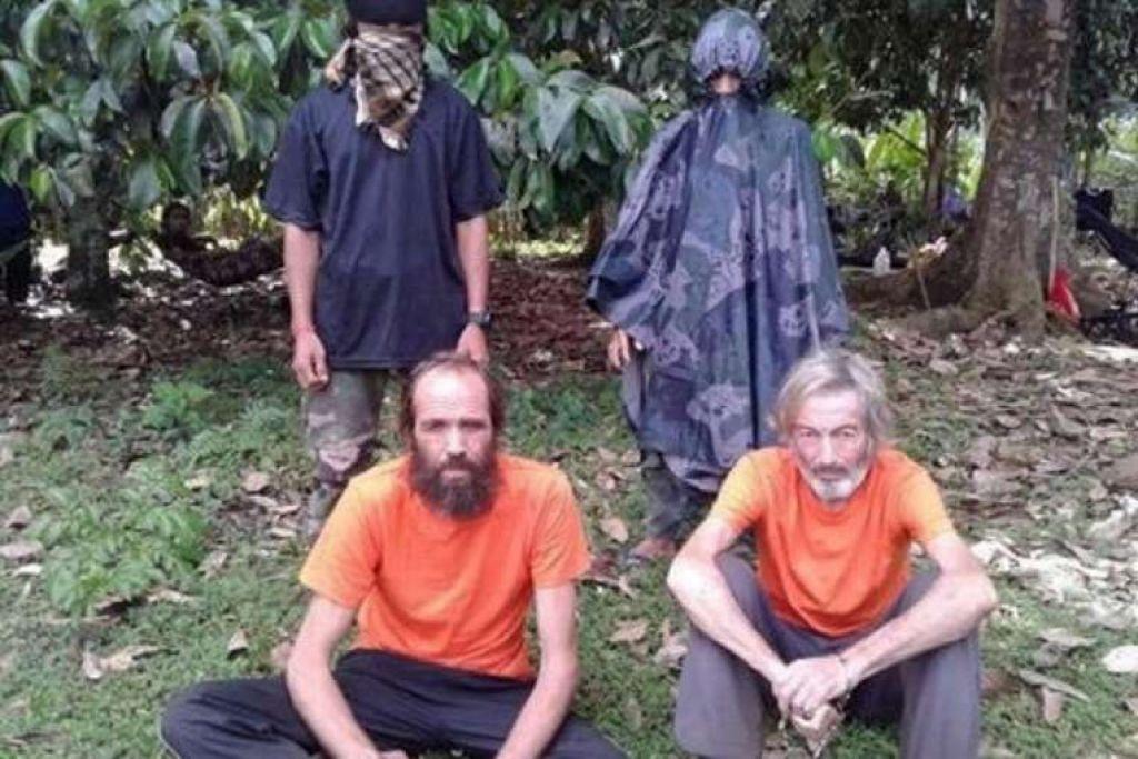 Encik Robert Hall (kanan) dan seorang tebusan Abu Sayyaf dari Norway, Encik Kjartan Sekkingstad, dalam gambar tidak bertarikh yang diberi kepada media tempatan di pulau Jolo, selatan Filipina.