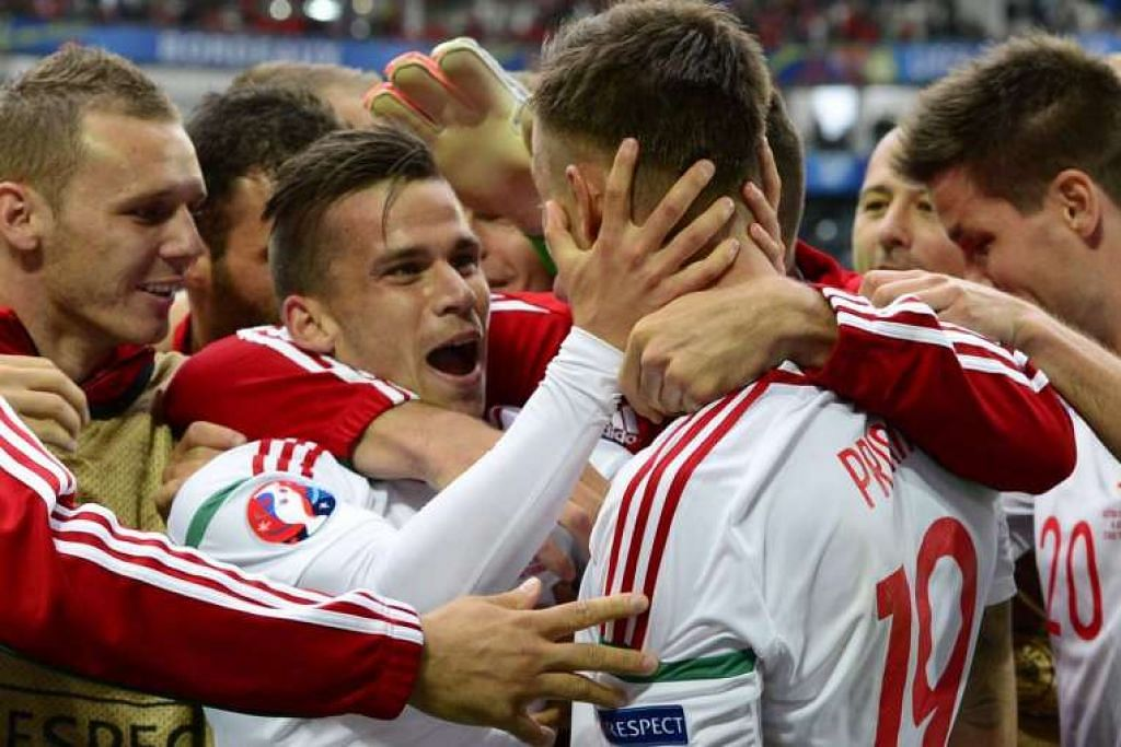 Zoltan Stieber (dua dari kiri) merai bersama rakan sepasukannya selepas menjaringkan gol kedua Hungary dalam perlawanan Euro 2016 menentang Austria pada 14 Jun.