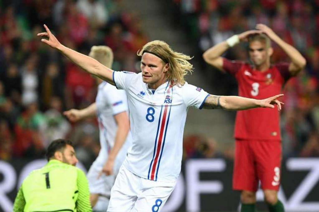 Pemain tengah Birkir Bjarnason meraikan gol yang dijaringkannya bagi Iceland, yang menyamakan kedudukan dengan Portugal, dalam perlawanan Euro 2016 pada Selasa (14 Jun).