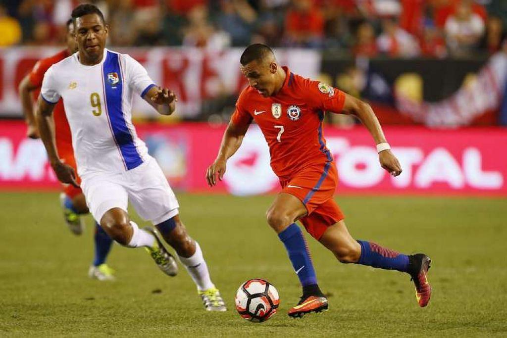 Penyerang Chile, Alexis Sanchez, menggelecek bola sementara pemain pertahanan Panama, Roberto Nurse, cuba menghalangnya.