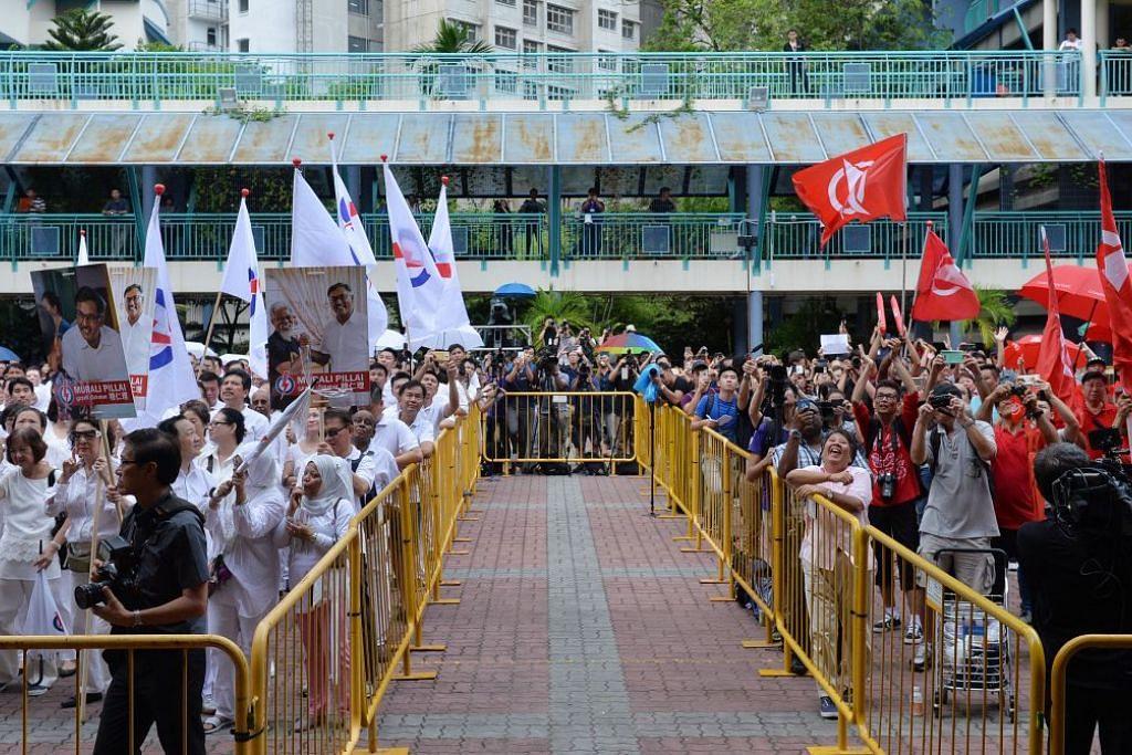 Penyokong PAP dan SDP berhimpun di Sekolah Rendah Keming pada Hari Penamaan Calon bagi pilihan raya kecil Bukit Batok.