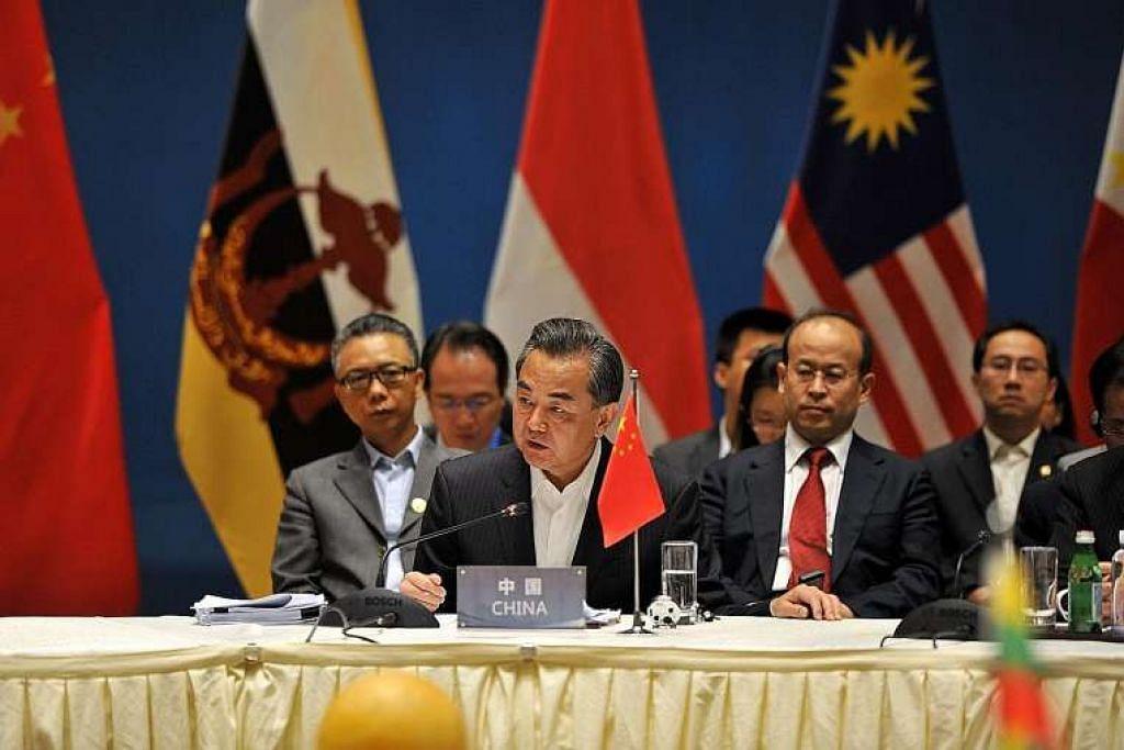 Menteri Luar China, Encik Wang Yi,  dan para menteri luar Asean dalam sebuah mesyuarat khas di Kunming pada Selasa (14 Jun).