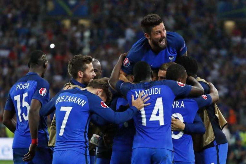 Olivier Giroud merai bersama rakan sepasukan selepas Dimitri Payet menjaringkan gol kedua Perancis.