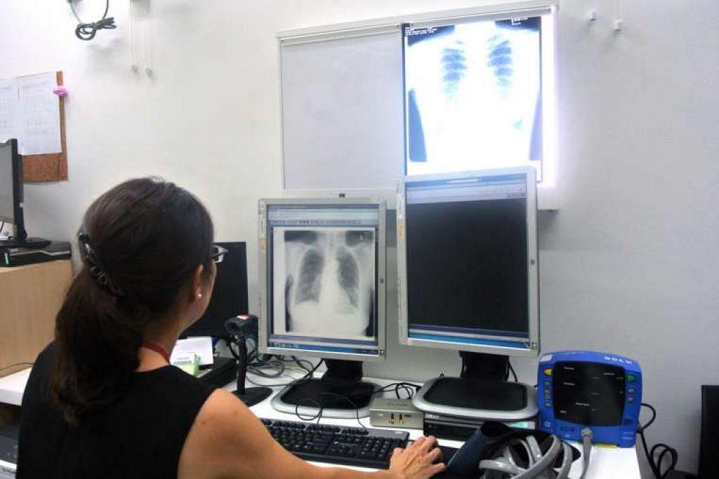 Seorang doktor di Unit Kawalan TB  Hospital Tan Tock Seng (TTSH) memeriksa x-ray paru-paru pesakit TB pada 2015.