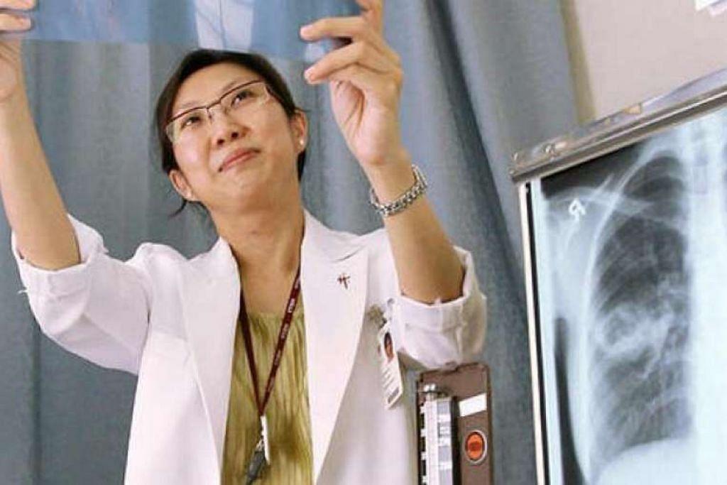 Sebuah gambar fail Dr Cynthia Chee, konsultan kanan di Unit Kawalan TB Hospital Tan Tock Seng (TTSH), yang diambil  pada 2007.