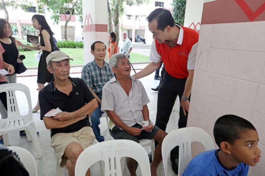 AP GRC Ang Mo Kio, Dr Koh Poh Koon (kanan), melawat penduduk di Blok 203 Ang Mo Kio Ave 3 pada pagi  Khamis (16 Jun).