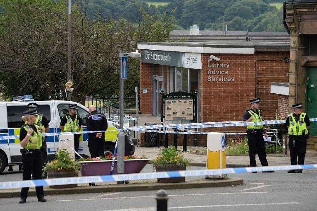 Polis di luar perpustakaan di kampung Birstall di Yorkshire, tempat Cik Jo Cox ditembak dan ditikam pada Khamis (16 Jun).