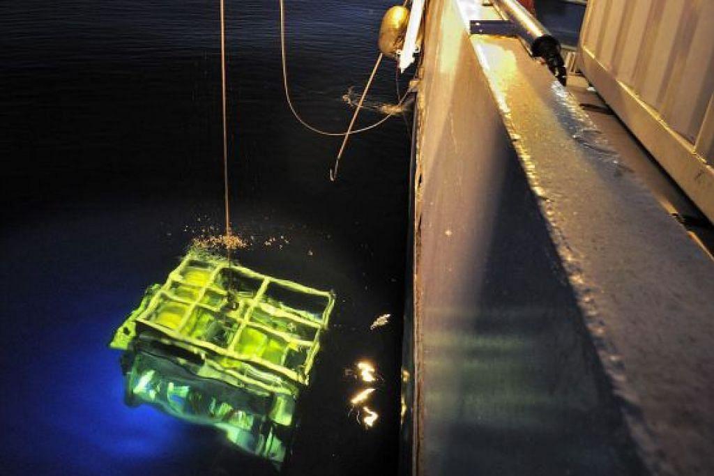 Sebuah robot laut dalam diturunkan ke dalam laut dari kapal carian John Lethbridge, yang terlibat dalam penemuan perakam suara kokpit pesawat EgyptAir yang terhempas.