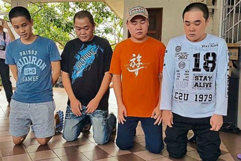 """Sebanyak  RM12 juta ($4 juta) diserahkan oleh keluarga empat tebusan Abu Sayyaf yang dibebaskan - (dari kiri) Encik Johnny Lau, Encik Wong Hung Sing, Encik Wong Teck Chii dan Encik Wong Teck Kang - diserahkan kepada polis Malaysia. Timbalan Perdana Menteri Malaysia, Datuk Seri Dr Ahmad Zahid Hamidi, berkata wang itu disumbang kepada """"pertubuhan-pertubuhan tertentu"""" di Filipina."""