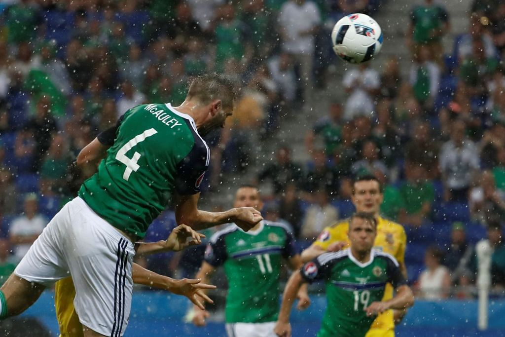 Pemain pertahanan Ireland Utara, Gareth McAuley, menanduk bola masuk dalam kemenangan 2-0 ke atas Ukraine dalam Euro 2016 di Stadium Parc Olympique Lyonnais dekat Lyon pada 16 Jun 2016.