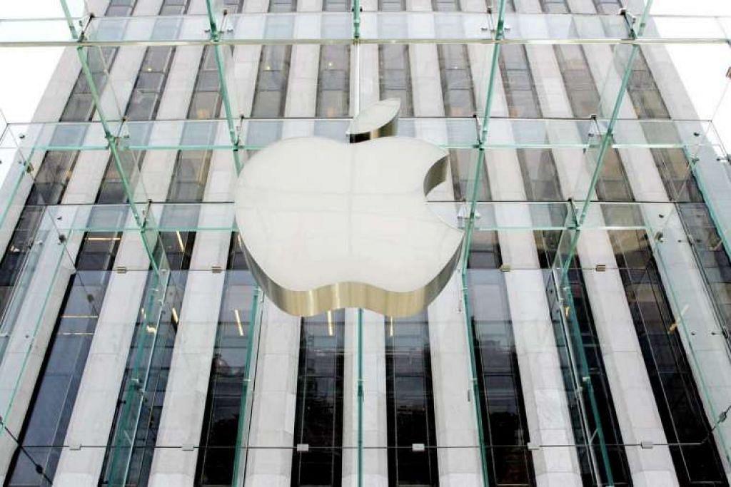 Logo syarikat di kedai Apple di New York.