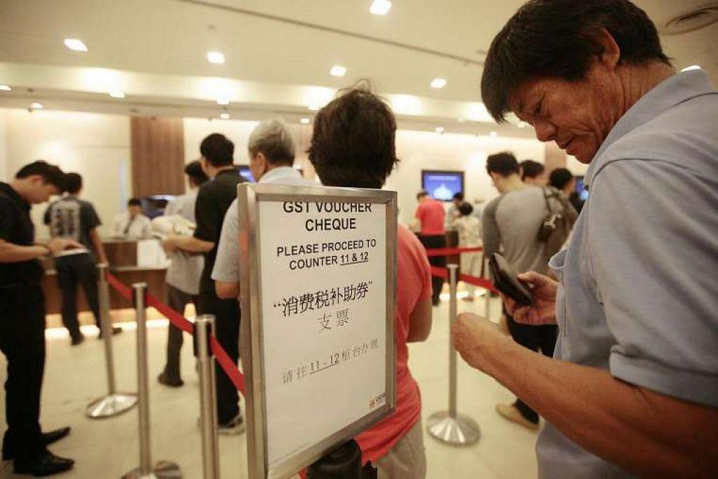 Warga Singapura beratur di bank untuk menunaikan cek Baucar GST mereka pada 31 Julai 2012.