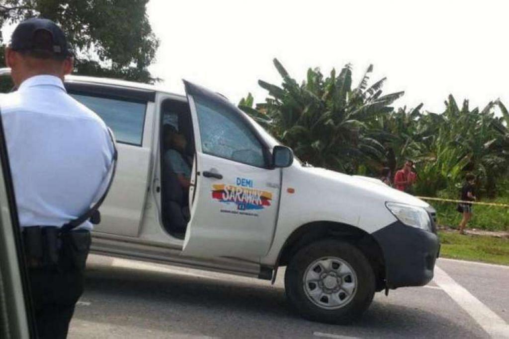 Polis menjalankan siasatan pada trak tempat Encik Bill Kayong ditembak di Senadin, Sarawak.