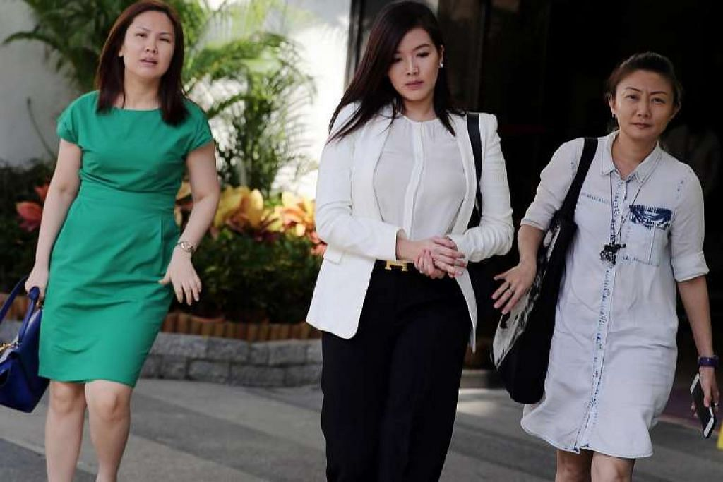 Rui En (tengah), yang tidak diwakili peguam, memberitahu mahkamah dia berhasrat mengaku bersalah.