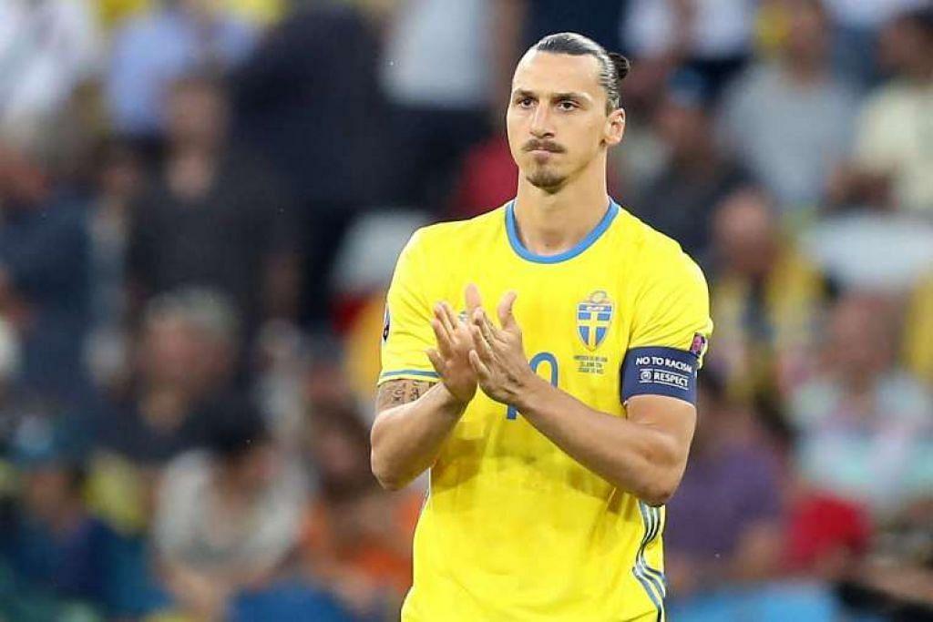 Penyerang Sweden, Zlatan Ibrahimovic, bertepuk tangan sebelum permulaan perlawanan.