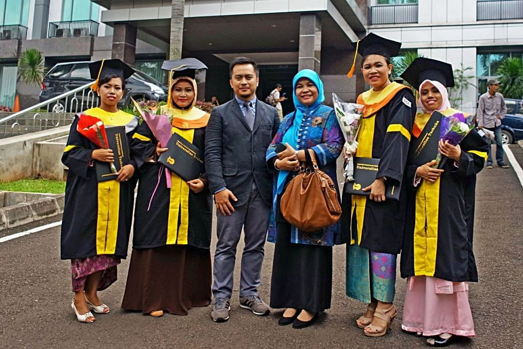 Pembantu rumah  Indonesia yang bekerja di Singapura berjaya mengenggam segulung ijazah dari Universiti Terbuka Jakarta melalui Sekolah indonesia Singapura baru-baru ini.
