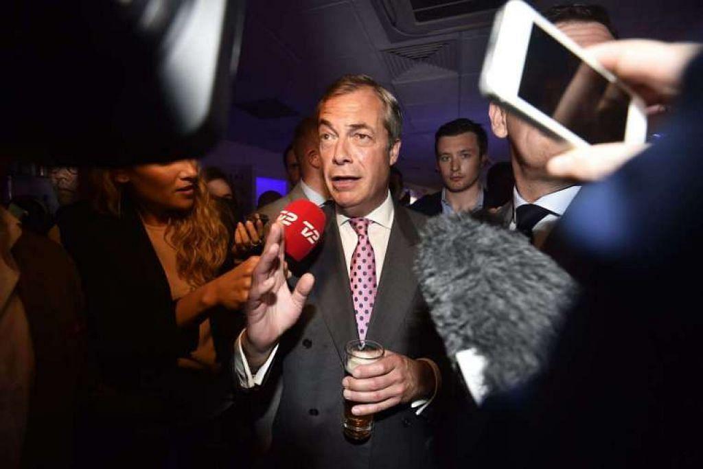 Pemimpin Parti Kemerdekaan UK (UKIP), Encik Nigel Farage, menghadiri sebuah Parti Pungutan Suara Keluar EU di London.
