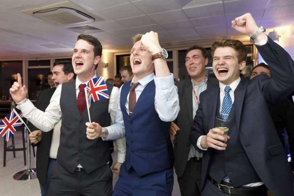 Penyokong kem 'Keluar' bersorak kegembiraan mendengar keputusan pungutan suara Brexit di London pada 23 Jun 2016.