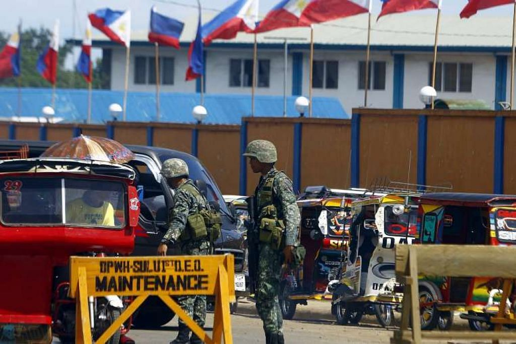 Askar mengawal di pusat pemeriksaan tentera di pulau Sulu di selatan Filipina.