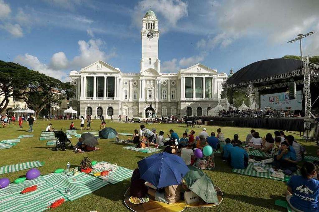 Orang ramai berpiknik di Empress Lawn di depan Panggung dan Dewan Konsert Victoria pada Ahad (26 Jun).