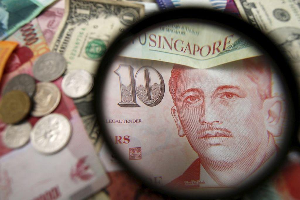 Pelbagai mata wang, termasuk dolar Singapura.